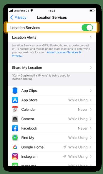 Para ver qué aplicaciones tienen acceso a su ubicación, consulte la pestaña Servicios de ubicación dentro de la pestaña Privacidad de la aplicación Ajustes.