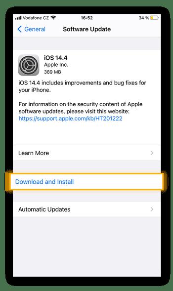 Als laatste stap van de installatie van nieuwe iOS-software controleert u de software-update en tikt u vervolgens op Download en installeer.